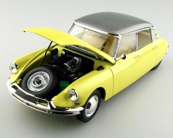 Citroen DS19 Sedan 1/24    EBBRO 500025005